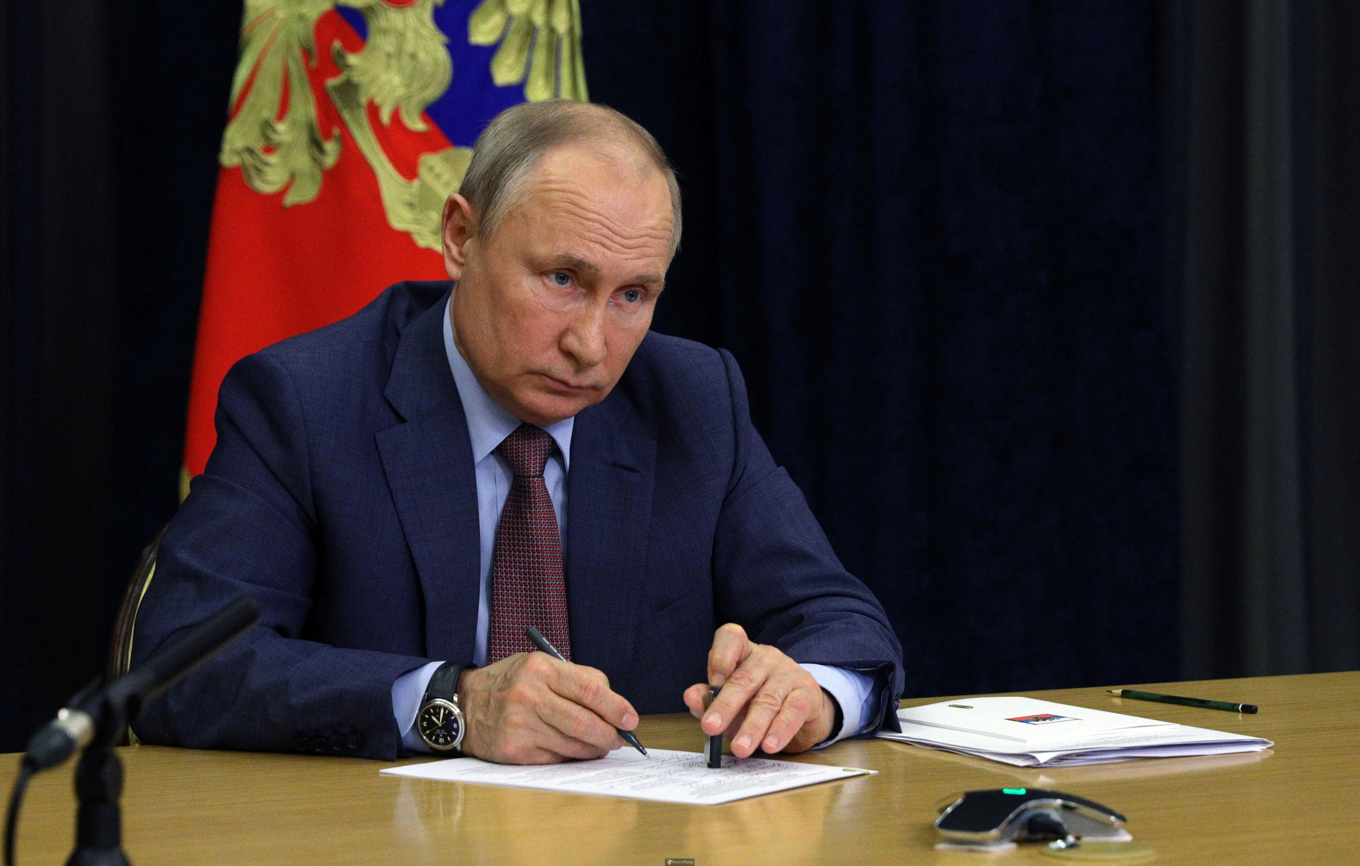 Putin inks law to ban extremists from elections amid Navalny crackdown
